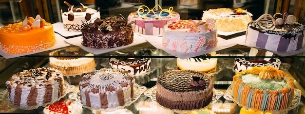 Exibição de vidro de pastelaria com seleção de bolos