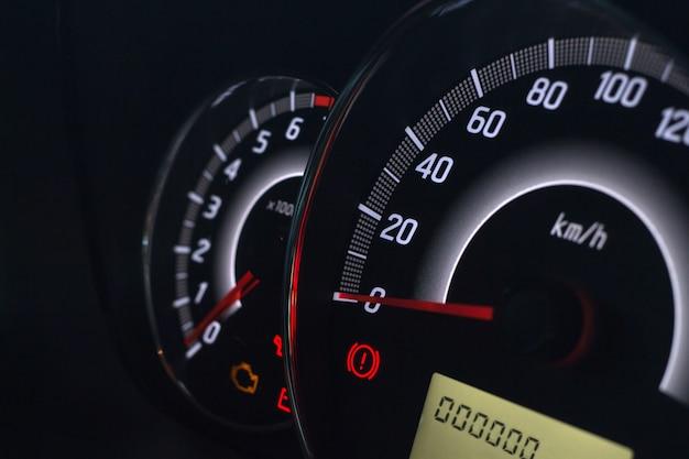 Exibição na tela da luz de advertência do status do carro nos símbolos do painel do painel que mostram os indicadores de falha