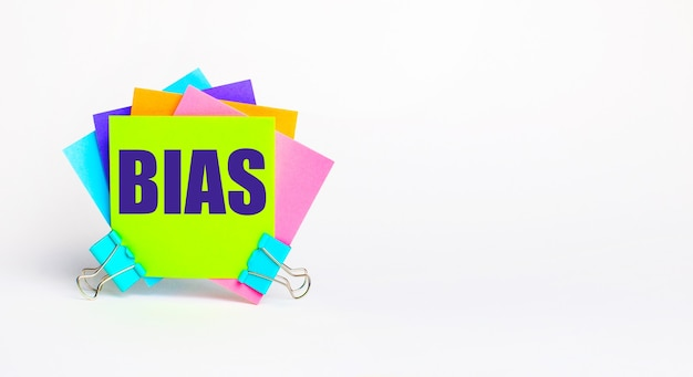 Existem adesivos coloridos brilhantes com o texto bias em um fundo branco. copie o espaço