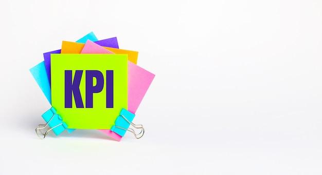 Existem adesivos coloridos brilhantes com o texto kpi. copie o espaço