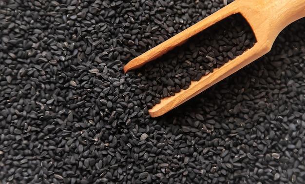 Existem muitas sementes de cominho preto. foco seletivo. natureza.