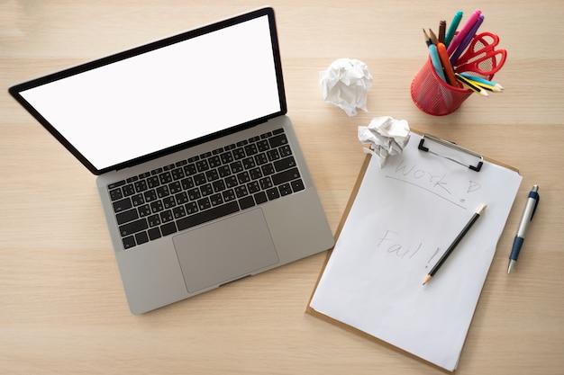 Existem muitos dispositivos e ferramentas na mesa do escritório. o computador é importante para o seu trabalho