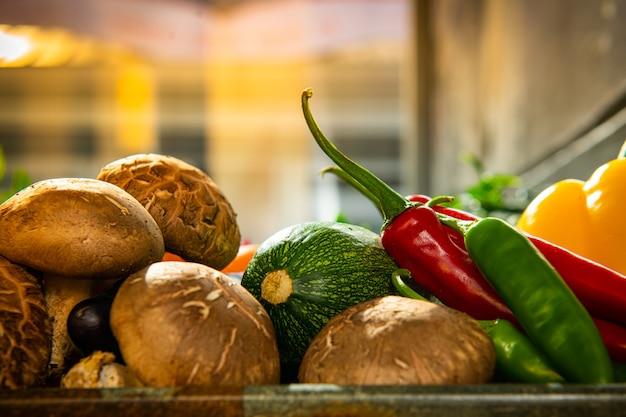 Existem vários vegetais e ingredientes para salada