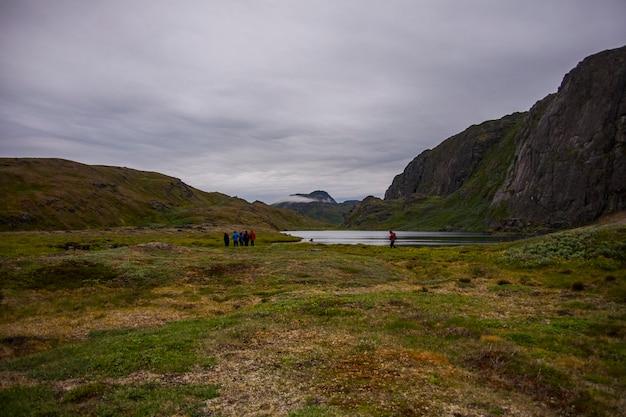 Expedição de caiaque entre icebergs em fiordes de narsaq, sudoeste da groenlândia, dinamarca