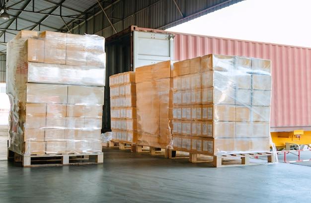 Expedição de carga para carregamento em um caminhão no armazém de distribuição
