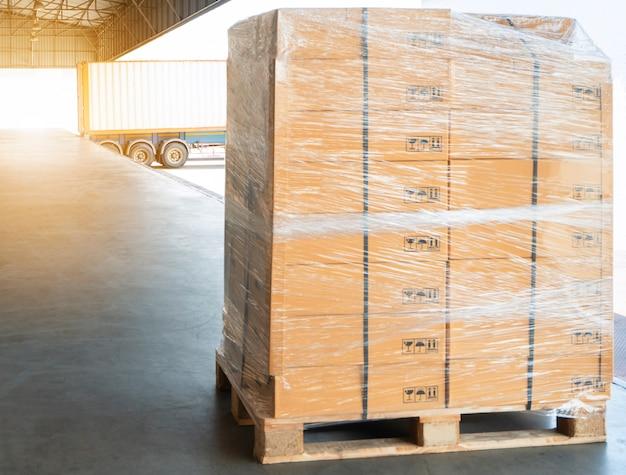 Expedição de paletes de carga no armazém de distribuição