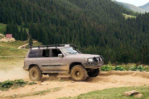 Expedição off-road, paisagem montanhosa. safari.off road adventure. foco seletivo