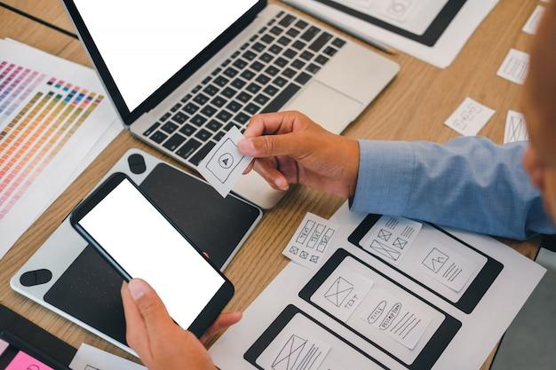 Experiência do usuário ux designer projetando web no layout de smartphones.