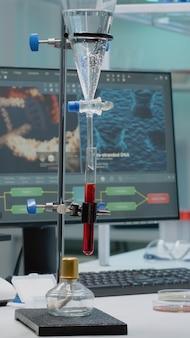 Experiência química com tubo de ensaio em laboratório