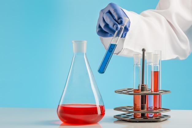 Experiências em um laboratório de química. conduzindo um experimento em laboratório.