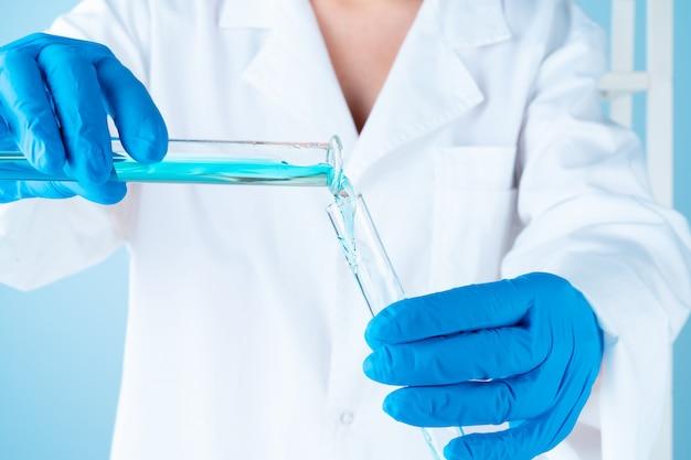 Experimentos científicos em um laboratório de química. líquidos coloridos e tubo de ensaio