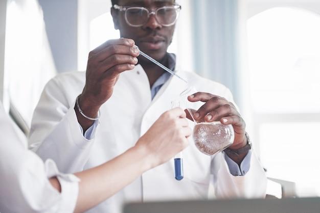 Experimentos em laboratório químico. um experimento foi realizado em laboratório em frascos transparentes