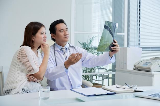 Explicando os resultados dos raios x ao paciente