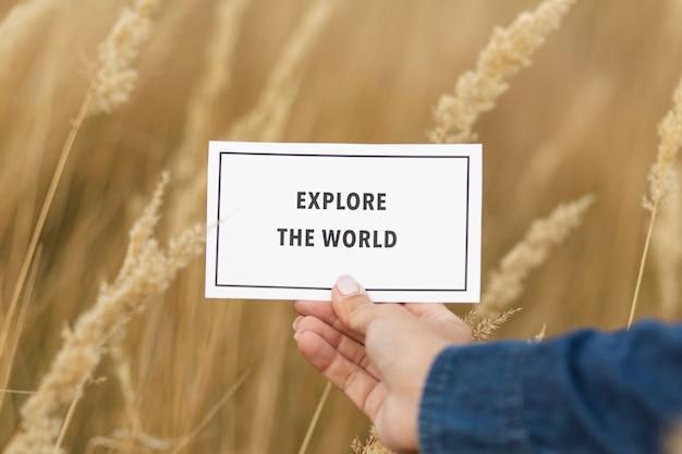 Exploração de mão close-up explorar o sinal do mundo