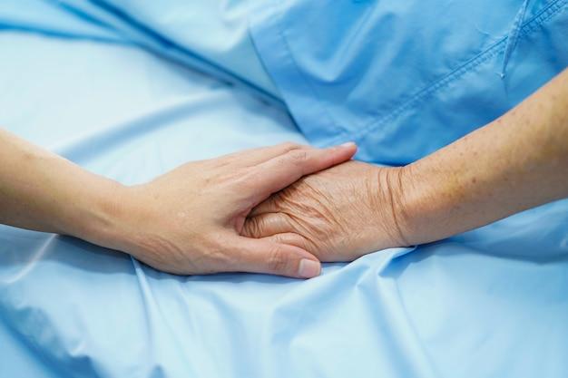 Exploração, toque, mãos asiático, sênior, ou, idoso, senhora velha, mulher, paciente, com, amor