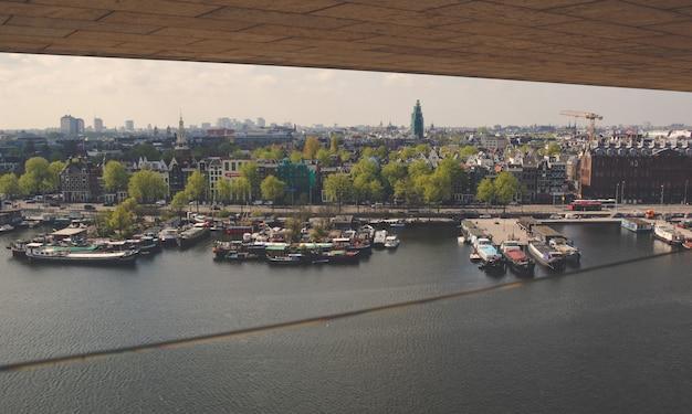 Exploração urbana na cidade de amsterdã