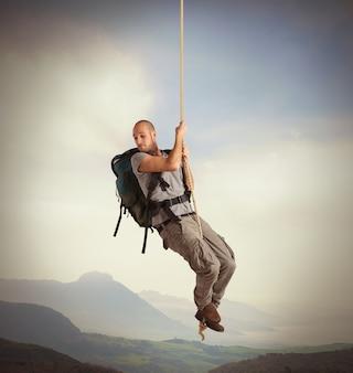 Explorador com vertigem pendurado em uma corda