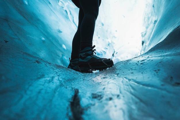 Exploradora na caverna de gelo, islândia