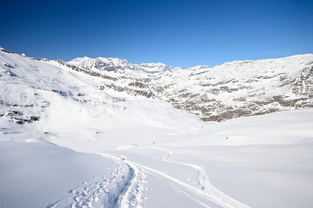 Explorando os alpes em passeios de esqui, montanhas cobertas de neve