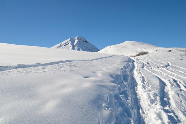 Explorando os alpes em turnê de esqui