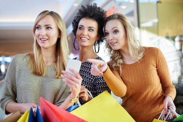 Explorar novas lojas com amigos