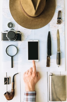 Explorer mãos no quadro, pressionando o botão na tela do smartphone com espaço vazio para maquete de aplicativo móvel