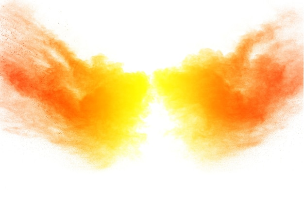 Explosão alaranjada do pó da cor no fundo branco.