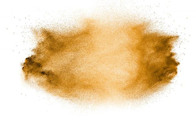 Explosão de areia dourada isolada no fundo branco. resumo de areia espirrando.