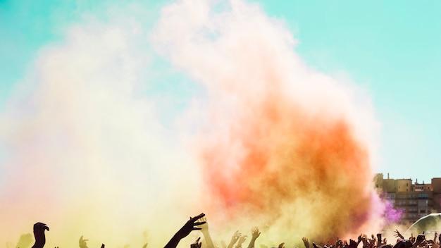 Explosão de cor holi sobre a multidão de pessoas