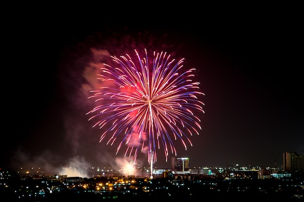 Explosão de fogos de artifício coloridos no céu escuro