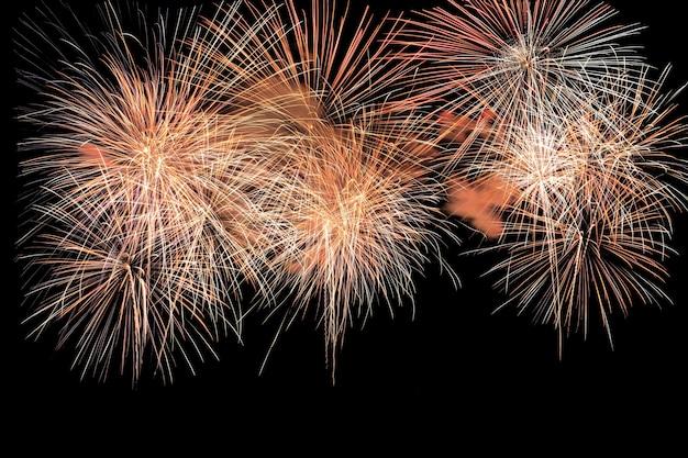 Explosão de fogos de artifício coloridos no festival anual. isolado no fundo