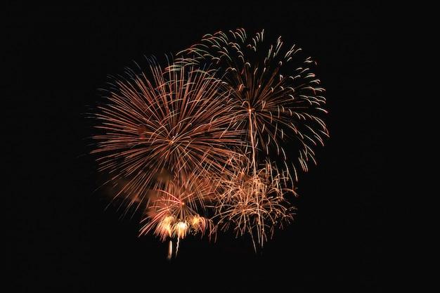 Explosão de fogos de artifício coloridos no festival anual
