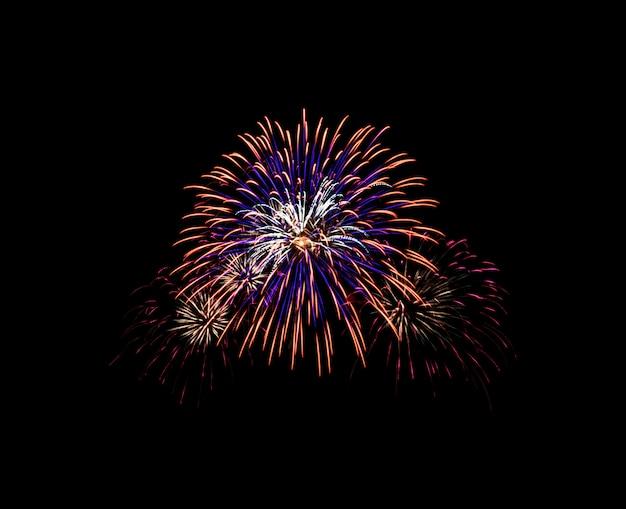 Explosão de fogos de artifício no céu negro
