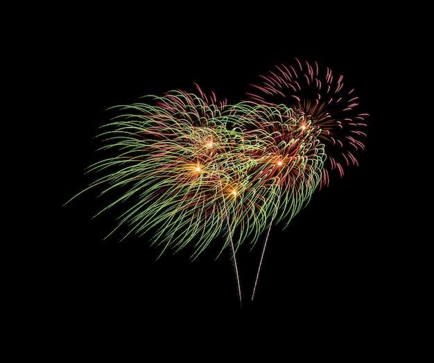 Explosão de fogos de artifício no céu noturno