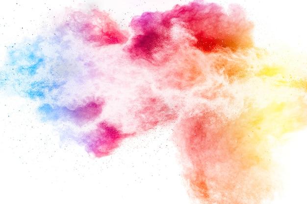 Explosão de partículas de poeira colorida em surfac branco