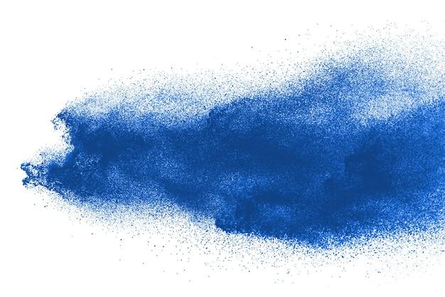 Explosão de pó azul isolada no branco