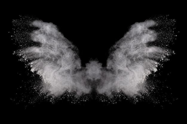 Explosão de pó branco sobre fundo preto.