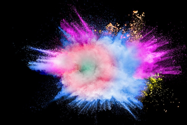 Explosão de pó colorido no festival de holi feliz. respingos de partículas de poeira multicoloridas.