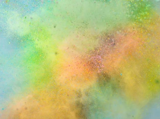 Explosão de pó colorido no fundo branco