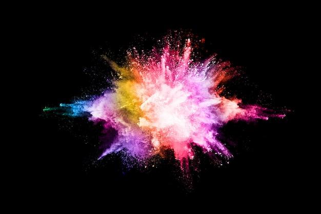Explosão de pó colorido sobre fundo preto.