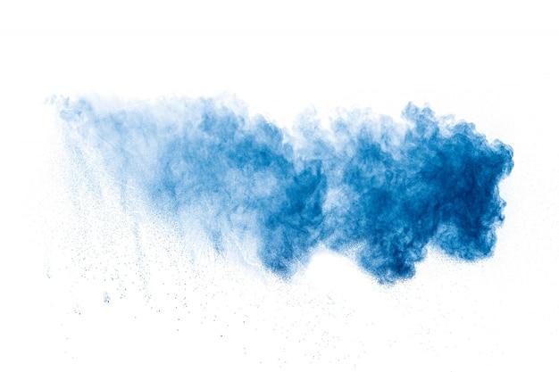 Explosão de pó de cor azul sobre fundo branco.
