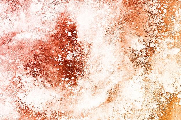 Explosão de pó de cor marrom em fundo branco