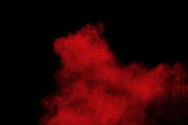 Explosão de pó de cor vermelha em fundo preto