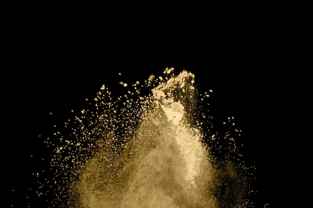 Explosão de pó dourado em fundo preto
