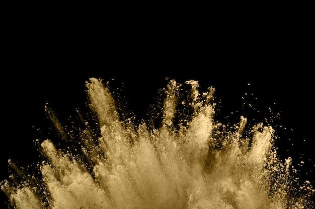 Explosão de pó dourado no preto.