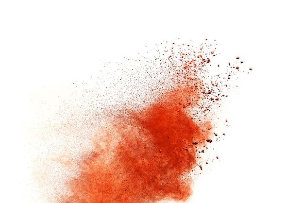 Explosão de pó laranja isolada no fundo branco