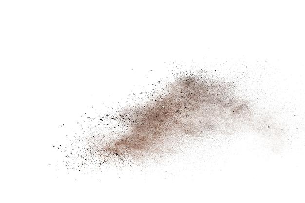 Explosão de pó marrom isolada no branco