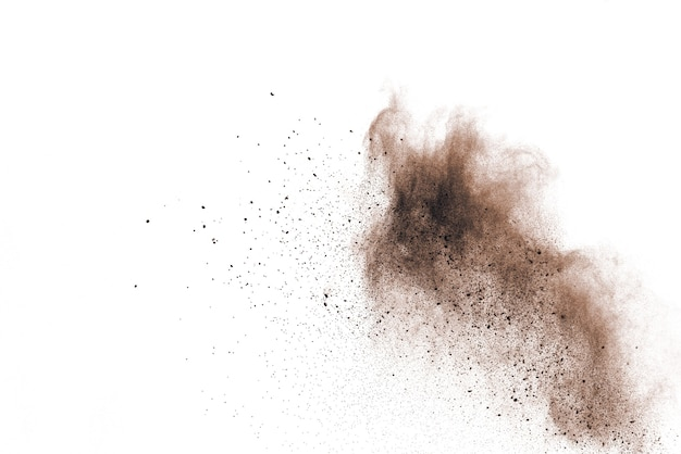 Explosão de pó marrom isolada no fundo branco.