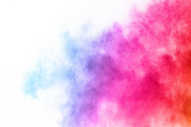 Explosão de pó multicolor em fundo branco.