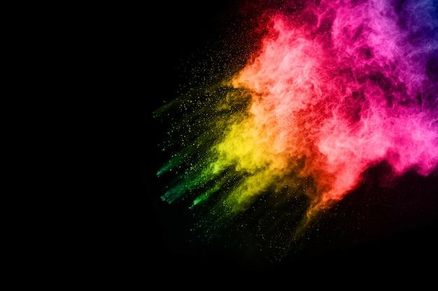Explosão de pó multicolor em fundo preto.